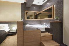 Baños abiertos al dormitorio. En este ejemplo de un baño abierto al dormitorio se puede ver que a pesar de estar abierto al dormitorio se ha querido hacer una separación entre la zona de baño y la del dormitorio. #decoracion #baño #dormitorio