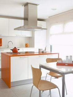 Cocina con isla y office en color blanco y naranja
