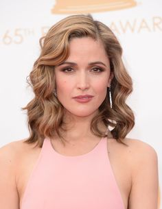 Rose Byrne's red carpet hair and make-up at the Emmy Awards in 2013 - beachy waves, with soft smokey eyes, defined brows and dusky rose-colored lips. Photo: Getty.