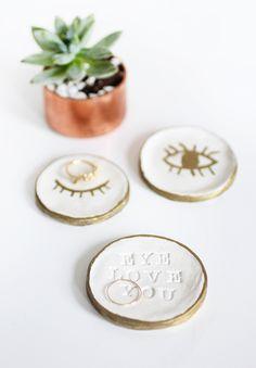 DIY: air dry clay ring dish / Faça você mesmo: pratinhos porta anéis de argila