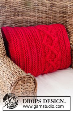 "Christmas Comfort - DROPS Christmas: Knitted DROPS pillow in garter st and pillow with cable and garter st pattern in 2 strands ""Eskimo"" - Free pattern by DROPS Design"