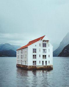 Casa flotante en Noruega Cabin, House Styles, Home Decor, Pontoon Boats, Houseboats, Sustainable Tourism, House On Wheels, Modern Pools, Style At Home