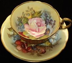 Šálek na čaj * smetanový porcelán s malovanými květy.