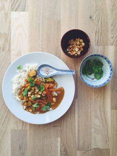 Thai Red Curry | Lykkes liv | – til 2 personer  Ingredienser:  Ca. 300 g kylling 3 gulerødder 1 squash 1/2 broccoli Kogt ris Koriander Peanuts Sauce:  1 dåse kokosmælk light 2 spsk peanut butter 3 spsk currypulver (gerne madras, den stærkeste) 2 spsk revet frisk ingefær 2 spsk paprikapulver 2 spsk hoisin sauce Saften af en lime 3 spsk zero gold (eller brun farin) 1 spsk presset hvidløg Ca. 1 dl grøntsagsboullion