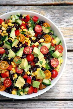 Makkelijke salade met onder andere avocado, mais, bonen en tomaten.