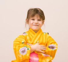 She's wearing a yellow kimono.    彼女は黄色い着物を着ている。