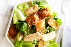 C'est une recette qui est absolument PARFAITE pour l'été…. Une bonne salade croustillante de wonton au poulet avec une vinaigrette asiatique absolument délicieuse! Bruschetta, Mets, Cobb Salad, Potato Salad, Salads, Chicken, Cooking, Ethnic Recipes, Food