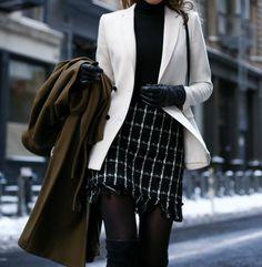 интересное сочетание белого пиджака с черной водолаской и юбкой с белой полоской№ При этом пуговицы черного цвета