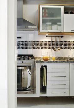 Os armários acima da pia embutem pontos de luz, que facilitam na hora de preparar a comida.