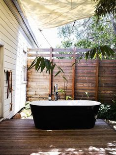 byron bay home / david and yuge bromley ++ the design files love the fence! Ohmygosh I want an outdoor bathtub!