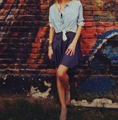 Tout en légèreté, cette tenue est un excellent exemple de jeu de silhouette, avec une chemise raccourcie et une jupe longue taille haute  #mode #femme #feminine #style #inspiration #blog #tenue #womenswear #summer