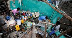 """Moradores tentam limpar o que restou de casa localizada em Les Cayes, no Haiti. ONU afirma que destruição causada pelo fenômeno representa """"o maior evento humanitário"""" no país desde o terremoto de janeiro de 2010"""