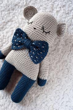 Beer crochet pattern - From book Tendre crochet Crochet Bear, Love Crochet, Crochet Gifts, Crochet Animals, Crochet Doll Pattern, Crochet Patterns Amigurumi, Crochet Dolls, Baby Crafts, Crochet Projects