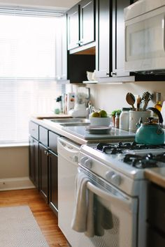 10 Easy, Low-Budget Ways to Improve Any Kitchen (Even a Rental!) — Rental Kitchen Solutions (I like the counter toppings) Rental Kitchen, Kitchen Dining, Kitchen Decor, Ugly Kitchen, Basement Kitchen, Kitchen Ideas, Kitchen Furniture, Kitchen Tools, Kitchen Planning