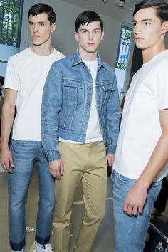 Love the jean jacket. En backstage du défilé Calvin Klein Collection homme printemps-été 2016 à Milan, t-shirt blanc, mannequins, jean