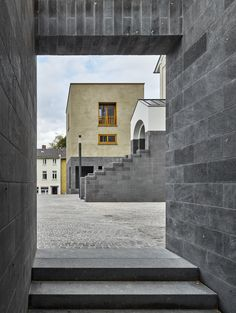 The gallery and studio buildings at Lotharstrasse make the complex structure of urban spatial types legible as squares, courtyards and semi-public and private interior spaces, as if seen through a magnifying glass. The ensemble is situated in the direct v