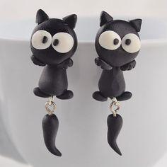 Sjove øreringe, katte med hale, 49 kr/ par. Se vores mange sjove øreringe af plexiglas, eller smykkeler. http://uglenimosen.dk/produkter/71-sjove-oereringe/