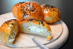 Bak disse herlige bollene som er fylt med kremost og pyntet med frø. En herlig og spennende rett fra balkan som er smakfull Ost, Bagel, Mozzarella, Pizza, Bread, Brot, Baking, Breads, Buns