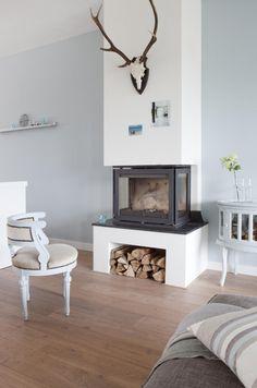 Mijn huis! www.burobinnenhuis.nl - Houtkachel Dik Geurts met geverfd oud stoeltje en buikkastje van Leen Bakker.