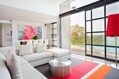 salon ouvert sur la salle à manger avec tableau abstrait en couleurs superbes