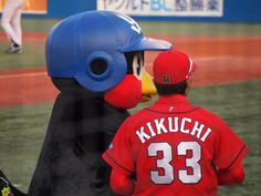 Twitter / MephistoFF: 2014.04.23 仲良く語り合う?つば九郎と菊池選手. ...