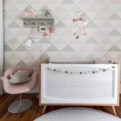Uma versão delicada do rosa tinge o quarto do bebê, no qual também se destacam o cinza e a madeira. E o resultado é uma decor muito delicada e original. ➡por @ameisedesign