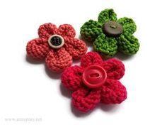 Faites de jolies fleurs au tricot en moins d'une heure. Elles sont parfaites pour décorer vos projets créatifs ou vos tricots. Vous pouvez utiliser vos restants de laine et de boutons pour …