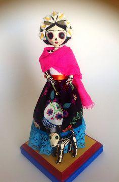 Frida Kahlo y su perro Xoloitzcuintle. Catrina de papel mache.