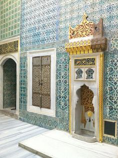 Another post with impressions from Istanbul, this time of Topkapi palace and its beautiful blue and white tiles. Some designs combine tradit. Islamic Architecture, Art And Architecture, Kalif Storch, Wonderful Places, Beautiful Places, Empire Ottoman, Eastern Countries, Istanbul Travel, Turkish Art