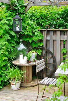 trädgård pergola kabeltrumma humle lykta vagnshjul damejeanne
