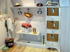 I like this shelf that comes out from the wall up top and makes a little entry-way area