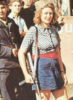 Seventeen-year-old Simone Segouin the French partisan known by her nom de guerre Nicole Minet with her German submachine gun Throughout the war she was an active resistance member and killed an unknown (but presumably high) number of Germans and cap History Online, Women In History, World History, Liberation Of Paris, French Resistance, Rare Historical Photos, Rare Photos, Great Women, D Day