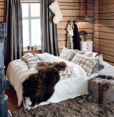 Cozy cabin bedroom Image Via: My Paradissi Cozy Cabin, Cozy House, Cozy Cottage, Cottage Living, Living Room, Cabana, Winter Bedroom Decor, Winter Bedding, Cozy Room