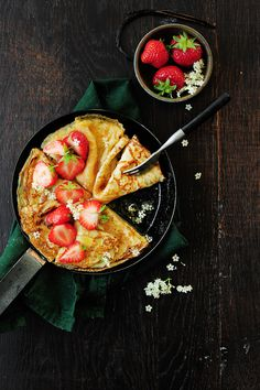 Crepes soaked in a butter sauce with elderflower syrup and served with sweet, juicy strawberries. Crepe Recipes, Waffle Recipes, Brunch Recipes, Dessert Recipes, Crepes And Waffles, Sandwiches For Lunch, Bread Cake, Elderflower, Butter Sauce