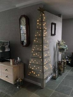 Cool Last-Minute Christmas Decorations You Can Make Yourself Find some pallet boards and cut them to the right length to make a corner Christmas tree. Corner Christmas Tree, Christmas Projects, Christmas Home, Christmas Holidays, Xmas, Tesco Christmas, Family Holiday, Christmas Trees, Deco Table Noel