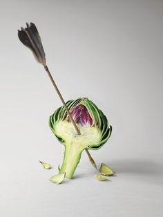 artwork: arrow pierced artichoke heart in green and purple | photography . Fotografie . photographie | | vegetable: artichoke . Gemüse: Artischocke . légume: artichaud | Photo: Emmanuel Pierrot |