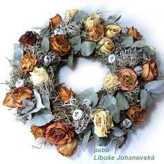 Věnec ze sušených růží a eukalyptu (239) Věnec ze sušených růží a eukalyptu. Doplněno lišejníkem a eukalyptovými plody. Průměr věnce: 36 cm. Christmas Wreaths, Floral Wreath, Holiday Decor, Fall, Home Decor, Christmas Garlands, Autumn, Homemade Home Decor, Holiday Burlap Wreath