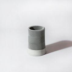 콘크리트와 기하학적인 패턴이 결합된 유니크한 디자인의 Z Pencil Vase.