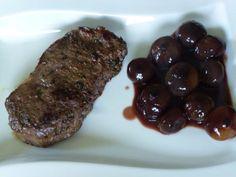 Das perfekte Rumpsteaks Sous Vide gegart mit Rotweinzwiebeln-Rezept mit einfacher Schritt-für-Schritt-Anleitung: Rumpsteaks: Aus dem Olivenöl, Sojasauce…
