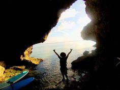 秘密基地へご案内 SUPクルージングの魅力といえば歩いてや泳いでではなかなか行けない穴場スポットへ気軽に行けるところですよね  波も風も落ち着いてきたのでSUPがオススメですよ(o) #沖縄 #シーナサーフ #SUP #サップ #クルージング #秘密 #秘密基地 #洞窟 #探検 #海 #ちゅらうみ #凪 #真栄田 #クラハ #マリブ #sup #ボブサップ #違うか #夏は終わらない #まだまだ #これから #okinawa #onnason #恩納村 #青の洞窟 #の近く