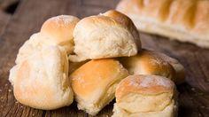 Selbst gemachte Quarkbrötchen können Ihnen den Gang zum Bäcker ersparen. Mit diesem Rezept können Sie schnell und mit wenig Zutaten frische Brötchen backen.