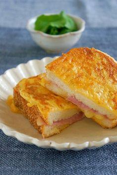 「マヨで簡単♪ハム&チーズのフレンチトースト風サンド」外はカリッ♪中からチーズがとろ〜ん♪マヨの旨味たっぷりの簡単サンドです☆フレンチトーストのようであり、クロックムッシュのようでもあり・・・笑【楽天レシピ】