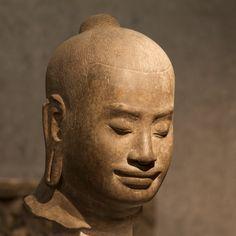 Portrait du roi Jayavarman VII Le roi est représenté à l'âge mûr, méditant en toute humilité les yeux baissés. Ses lèvres affichent le célèbre «sourire d'Angkor». Fin du 12ème siècle, début du 13ème siècle style du Bayon (fin 12e-début 13e siècle) sculpture grès Cambodge, Ta Prohm Section Cambodge du musée Guimet