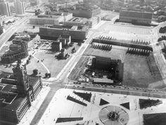 Berlin – Schlossplatz und Nikolaiviertel ca. 1969: Links Ruine der Nikolaikirche, Marstall, im Hintergrund ehemaliges Außenministerium der DDR | Luftbildausstellung Lothar Willmann