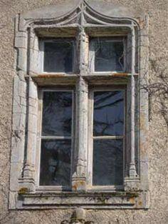 Château de Fougeret - fenêtre à meneaux de la façade principale