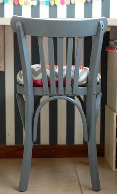 My Fun Time : Dos sillas restauradas! Wishbone Chair, Dining Chairs, Furniture, Ideas Para, Home Decor, Refurbishing Furniture, Gourmet, Cane Chairs, Mesas
