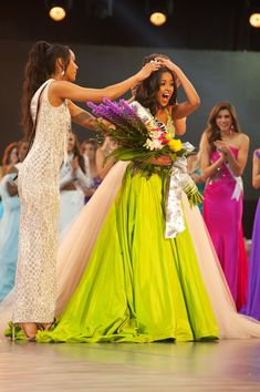 Hailey Colborn, Miss Kansas TEEN USA is crowned the new Miss Teen USA by Miss USA 2017 Kára McCullough and Miss Teen USA Sophia Dominguez-Heithoff at the conclusion of the special programming event from George's Pond at Hirsch Coliseum Friday, May Pageant Tips, Beauty Pageant, Pageant Dresses, Miss Teen Usa, Miss Usa, Retro Vintage Dresses, Retro Dress, Miss Kansas, Miss Independent
