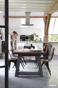 De stoere eettafel past perfect bij de ruime keuken en originele elementen in huis. #kitchen #dining #interieur #thuis #keuken