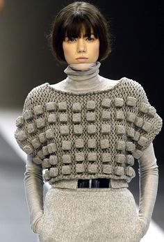 Knitted sweater with very cool dimensional cube texture - sculptural surface creation // Akris. Can square bobbles be made on a knitting machine? 3d Fashion, Knitwear Fashion, Knit Fashion, Fashion Details, Fashion Design, Fashion Textiles, 3d Mode, Design Textile, Mode Crochet
