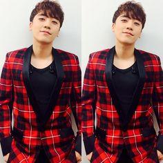 """SEUNGRI:""""#mnet #10주년 #strongbaby"""""""
